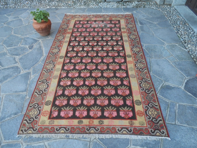 270 x 170 a very antique carpet knotted in the Oasi of KHOTAN, East Turkestan.