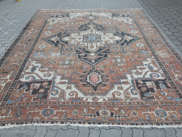 Antique Persian Heriz carpet, some wear but still very decorative. Size: 385x310cm / 12'7''ft x 10'2''ft