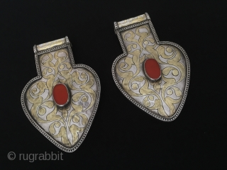 Central-Asia Antique Tekke-Turkmen İskendery design pair heart pendant asyk with cornalian fire gilded excellent condition Circa-1900 Height ''9.5'' - Width ''6'' cm - Thickness : 0.6 cm - Weight : 143 gr  ...