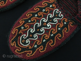 Vintage Tribal Pure Wool Kyrgyz Sock all natural colors. Flexible expandable Fine condition ! Size - Lenght : 25 cm - Width : 10 cm Thank you for visiting my rugrabbit store  ...