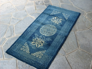 131 x 60 cm is the size of this antique INNER MONGOLIAN chinese carpet. The carpet is in very good condition. All original, no holes, stains, repils. Wool very shiny, like silk! Two beautiful  ...