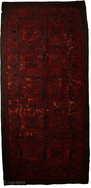 Yomud felt carpet, 385x210 cm, early 20th century. Rare two sided yurt rug with different, beautiful and archaic drawing on both sides. Eyedazzling spirals, as sun&moon symbols keep the surface in continously  ...